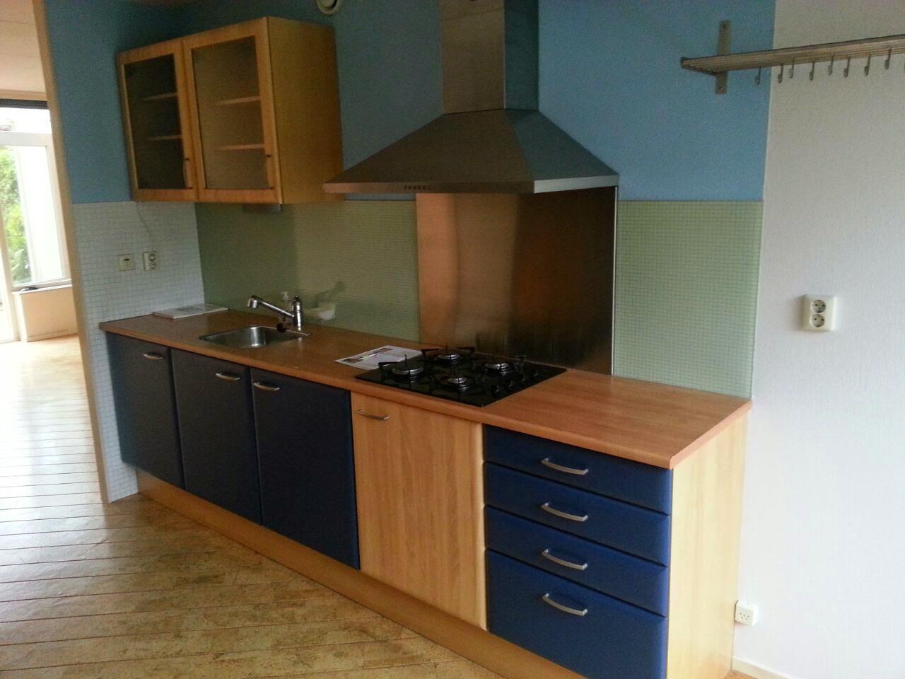 Keuken blauw beuken naar mat wit inclusief metallic grijs aanrechtblad - Keuken blauw en wit ...