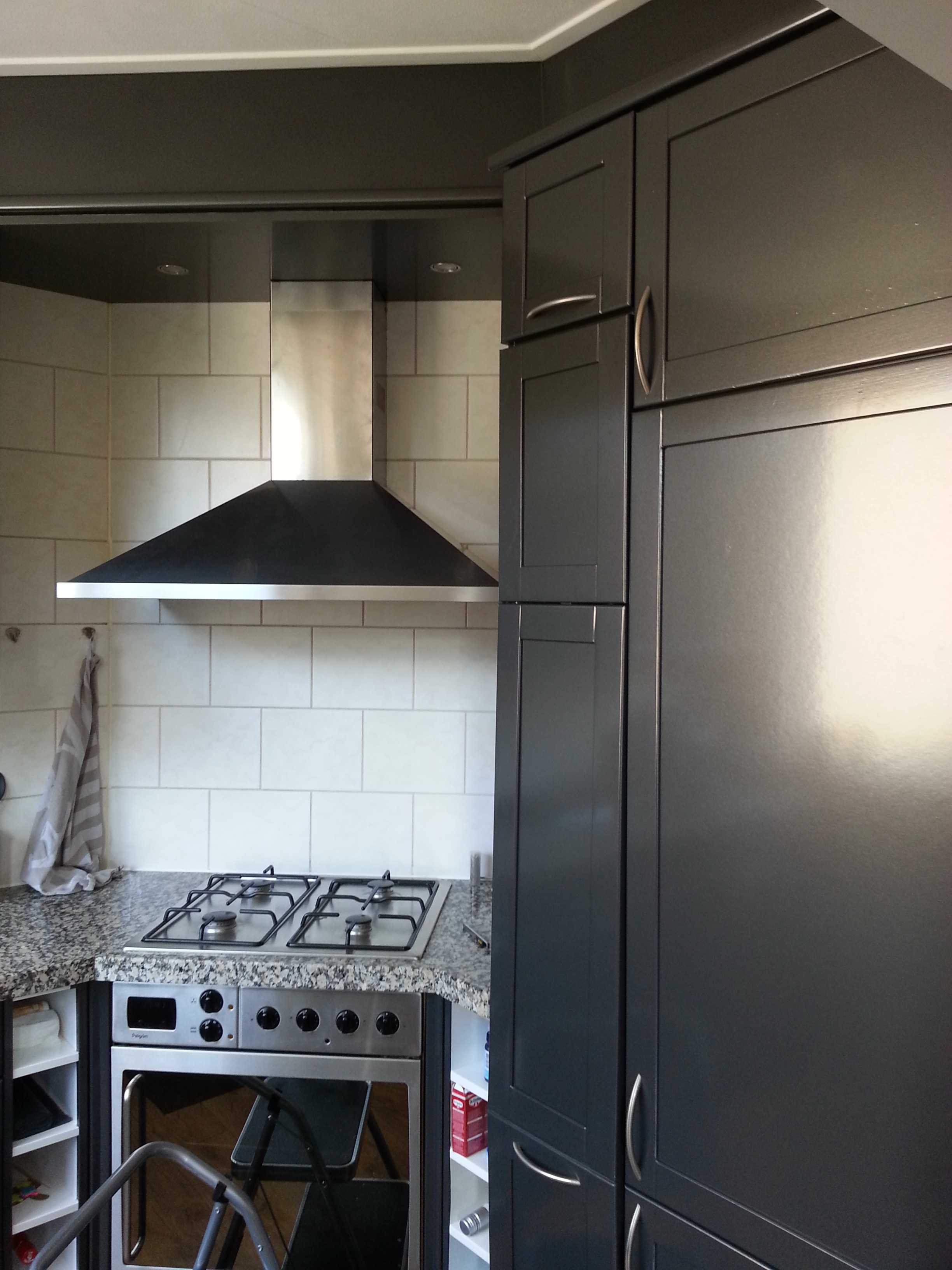 Keuken van hout wit naar metallic grijs - Foto grijze keuken en hout ...