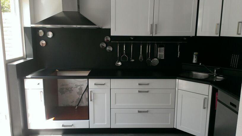 Keuken van mat geel houtkleur naar hoogglans wit matzwart - Houtkleur zwart ...
