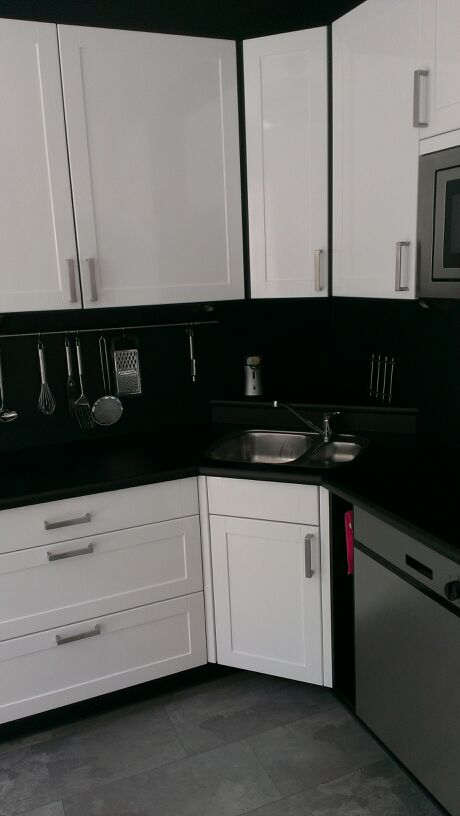 Hoogglans Wit Keuken Folie : Hoogglans wit, gecombineerd met matzwart; een populaire en moderne