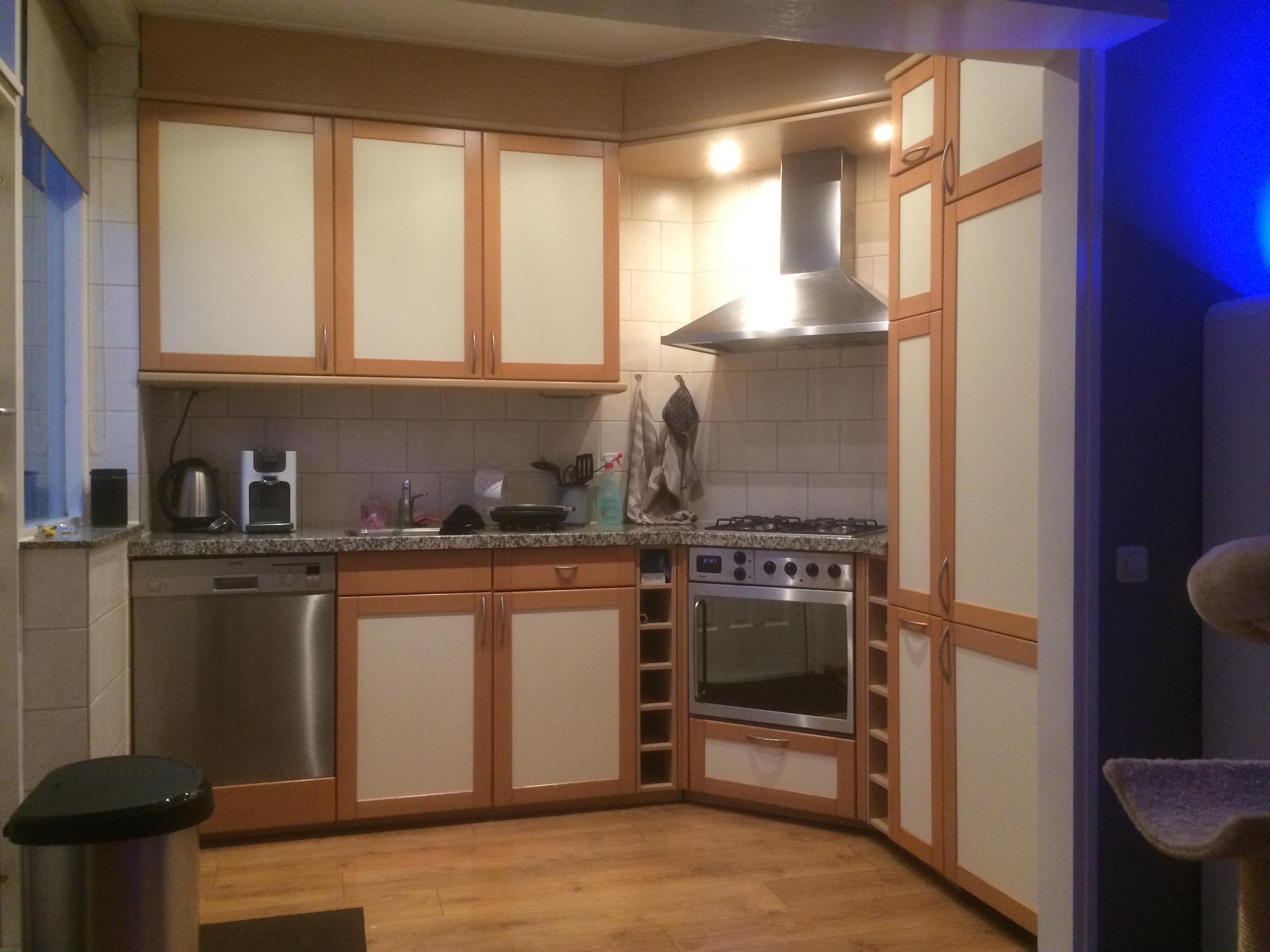 Keuken van hout wit naar metallic grijs - Houtkleur zwart ...